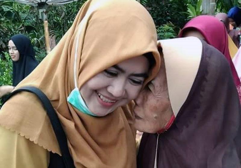 GAMBAR : Hj. Umy Dhilah Menerima Curhatan dan Ucapan Doa dari Seorang Nenek