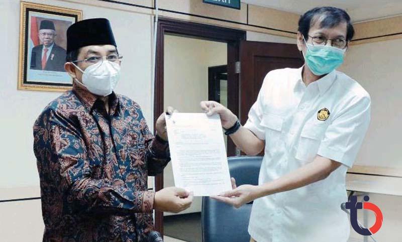 GAMBAR : FOTO : Bupati Anwar Sadat Saat Menerima Surat Keputusan Mentri ESDM diserahkan oleh Rida Mulyana Dirjen Ketenaga Listrikan kementrian ESDM Republik Indonesia di Jakarta